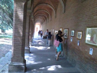 Sotto i portici visitatori interessati alla storia di Bologna e del suo territorio